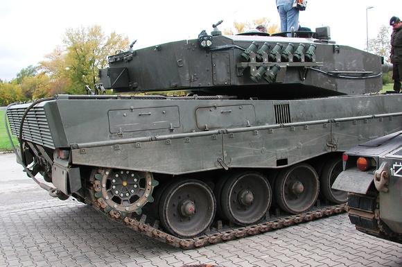"""""""Leopard 2A4"""";  """"Leopard 2""""; """"österreichisches Bundesheer"""";  """"Austrian Army"""";  """"Burstyn Kaserne"""";  Zwölfaxing;  Panzer;  """"Austrian Armed Forces""""; Panzertruppenschule; Weitra; """"76mm Wurfanlage Typ Wegm"""